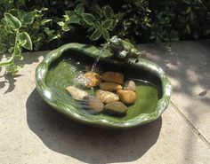 Dekorativer Solarbrunnen Motiv Frosch aus lasierter Keramik