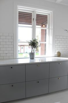 Connected kitchens: when home automation comes into the kitchen - My Romodel Kitchen Countertop Organization, Kitchen Countertops, Messy Kitchen, Kitchen Dining, White Tile Backsplash, Scandinavian Kitchen, Home Automation, Cool Kitchens, Sweet Home