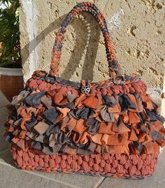 5-Crochet bag in fettuccia di alcantara e tulle, con manico in tulle e fodera in cotone con tasca interna