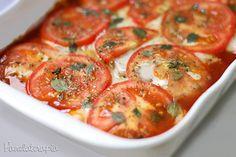 """Frango à Pizzaiolo  Quantidades aqui são menos importantes do que o modo de fazer, óh que fácil: """"Forre"""" o fundo de um refratário com molho de tomate (pode ser industrializado ou se preferir fazer, eu dei uma receita boa --> aqui). Grelhe alguns filés de frango previamente temperados e deite-os sobre o molho.  Cubra com muçarela (sim, é com """"ç""""), rodelas de tomate, orégano e manjericão. Se achar necessário coloque uma pitadinha de sal sobre os tomates."""