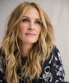 Julia Roberts just got a dramatic new cut, revealing an asymmetrical lob—the shortest her hair has been in years. Cabello Julia Roberts, Julia Roberts Hair, Julia Roberts Style, Pretty Woman, Everybody's Darling, Latest Makeup Trends, Latest Trends, Richard Gere, Hollywood