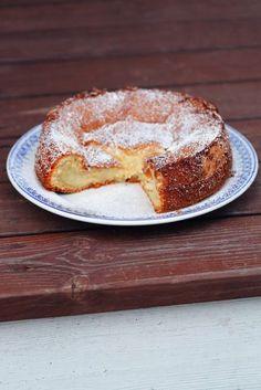Det här är en av de godaste kakorna jag någonsin skapat, och som alla storheter som någonsin uppfunnits så kom även denna skapelse till genom ett missöde. Jag hällde i fyllningen för tidigt och förstörde min kaka, trodde jag. I själva verket hade jag skapat en sockerkaka med inbyggd vaniljkräm. Så praktiskt! Kakan är naturligt … Gluten Free Cakes, Gluten Free Baking, Gluten Free Desserts, Ooey Gooey Cake, Foods With Gluten, Paleo Dessert, I Love Food, No Bake Cake, Amazing Cakes