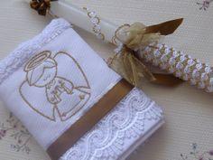 KIT 02 Vela Batizado + 12und Toalha Lavabo (28 cm x 48 cm) Composto por: 12 toalha tamanho lavabo (28 cm x 48 cm) Bordado anjinho na cor dourada - linha dourada brilhosa + Barrado em guipir com fita de cetim. 02 Vela Decorada Batizado - Branca / dourado (vela tamanho 27cm de comprimento por 2 cm de largura). Vela embalada em saco de tecido branco e fita de cetim para fazer o laço. Toalhas seguem embaladas em saco plastico transparente, separadamente. R$ 186,00