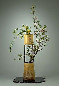 Bamboo Planter, Bamboo Art, Bamboo Crafts, Wood Planters, Ikebana Flower Arrangement, Ikebana Arrangements, Flower Arrangements, Flower Bookey, Bamboo Architecture