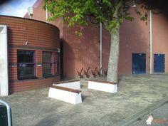 Betonbank DeLuxe bij Jeugd- en jongerencentrum Facsinus  in Sassenheim