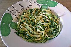 Dünne Zucchininudeln mit Crème fraîche und Pesto