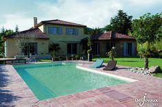 Style provençale pour cette piscine rectangulaire avec escalier sur le côté.