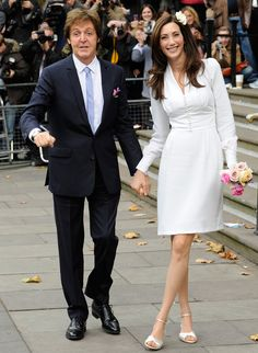 Tercera esposa de Paul McCartney, escogió para la ceremonia civil un vestido de su 'hijastra' Stella en tonos marfil con el cuerpo ceñido, pequeño escote en V y botones en el pecho. Está inspirado en el de Wallis Simpson.