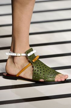 Fendi at Milan Fashion Week Spring 2012 - Details Runway Photos