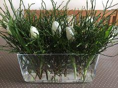 Tischdeko mit Heidelbeerkraut und Tulpen