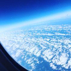 Vista do alto céu azul