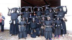 Carnaval de Luzón, Guadalajara (España) - Los diablos van con la cara tiznada de negro, cuernos en la cabeza y campanos recorriendo las calles al atardecer y tiznando de hollín a todo aquel que no va disfrazado.