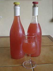 Rosé Pamplemousse : Amusant et très frais ! Ingrédients  1 bouteille de rosé  30 cl de jus de pamplemousse rose  5 cl de sirop de grenadine (j'ai mis de la fraise)         Préparation  1) Dans une grande carafe, mélanger les ingrédients et conserver au réfrigérateur.  2) Servir bien frais.