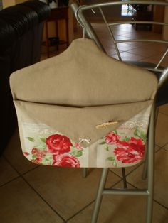 Reversible Peg Bag - PDF tutorial is in French but much of it is explained in pictures so I think most sewers will be able to make this item. Blog Couture, Diy Couture, Couture Sewing, Sewing Hacks, Sewing Crafts, Sewing Projects, Clothespin Bag, Peg Bag, Shabby Chic Crafts