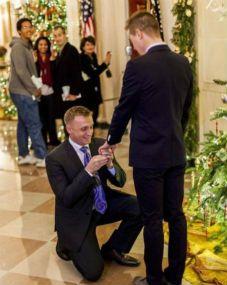 Capitão da marinha americana pede namorado em casamento dentro da Casa Branca | Nossos Tons - Artigos e Notícias do Mundo Gay