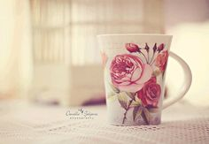 tea and roses. Green Tea Cups, Coming Up Roses, Cute Mugs, Frappe, Coffee Art, Pink Roses, Hot Chocolate, Tea Time, Really Cool Stuff