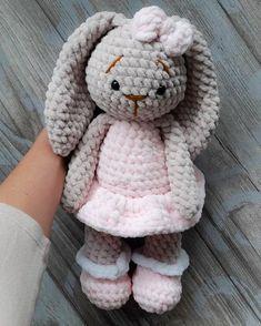 Плюшевая зайка - фото вязаной игрушки 581x726