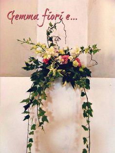 piccola composizione lisianthus bianchi e rosa, orchidee dendrobium, edera e rami di nocciolo #matrimonio #weddingflowers #gemmafiorie #lisianthus #bianco #rosa