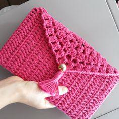 Canto do Pano Artesanato: Maxi Carteira em crochê com gráfico Crochet Clutch Bags, Crochet Wallet, Crochet Phone Cases, Crochet Pouch, Crochet Shirt, Crochet Handbags, Crochet Purses, Crochet Stitches, Knit Crochet