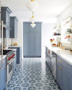 29 Awesome Galley Kitchen Remodel Ideas (A Guide to Makeover Your Kitchen) Light Blue Kitchens, Long Narrow Kitchen, Blue Kitchen Cabinets, Kitchen Flooring, White Kitchen Remodeling, Kitchen Colors, Blue Kitchen Walls, Kitchen Remodel, Home Decor