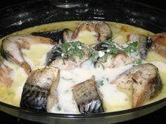 Peştele se curăţă şi se taie în bucăţi late de 2 cm. Se presară cu sare şi se lasă aşa 20 de minute. Se pregăteşte un amestec din ulei de măsline, boabe de piper, boabe de coriandru, foi de dafin, beţişorul de scorţişoară rupt în bucăţi şi cimbru. Fiecare bucată de peşte se… Romanian Food, Yummy Food, Tasty, Seafood, Pork, Fish, Chicken, Cooking, Fabrics