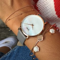 Modern minimalism. Dreamy glamour. Contemporary clean-edged rose gold metallics contrasted with the languorous beauty of natural mother of pearl. With rare elegance, the world is your oyster.   Presented in a grey leatherette pouch. As with all our watches in the La Perle collection, you can easily customise this watch with your choice of La Perle or Minuit straps in mesh or leather.