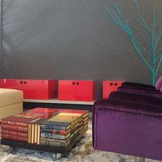 Muito amor por essa mesinha de centro feita com livros! Projeto do ambiente e execução da mesinha feitos pela Fors!  Projeto de Arquitetura de Interiores, Goiânia - Goiás. #issoéFORS #Fors #Ideias #Arquitetura #Autoral