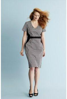 Deze jurk is een elegant model dat er gestroomlijnd uitziet door de zwarte zijpandjes en het taillestuk.