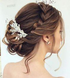 Hochsteckfrisur mit Seitenzopf und einem eleganten Perlenhaarschmuck, lässige Dutt Frisur für mittellange Haare