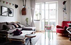 A sötét-világos színösszeállítás bármilyen lakberendezési stílusban megjelenhet, a fiatalostól az elegánson át a komolyig, nem csoda, hogy a népszerűsége töretlen. Mi most egy modern lakás alapszíneként találkozhatunk vele.