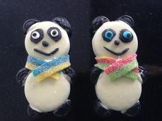 Panda tractatie van Oreo white koek, vrolijke drop, zure mat en zwarte fondant.