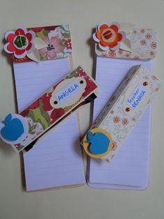 Bloquinhos decorados com papel Scrap.  Esses especialmente produzidos para o Dia dos Professores, acompanhado com uma mini barra de chocolate. www.facebook.com/pages/Alecrim-Artes/239421516106971