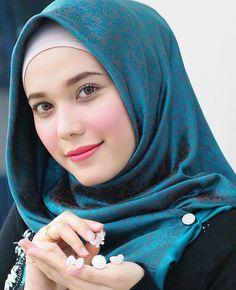 Image may contain: 1 person Iranian Beauty, Muslim Beauty, Hijab Style Dress, Hijab Chic, Beautiful Muslim Women, Beautiful Hijab, Hijabi Girl, Girl Hijab, Beauty Full Girl