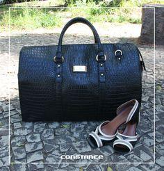 O que vocês acham dessa bolsa tipo mala? É linda e cheia de estilo, não é? Combinando um look presença com ela e esse peep toe, então? Vai ficar um arraso!  http://self.shoes/bolsamala http://self.shoes/peeptoepreto
