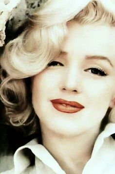Our Vintage Style Icon Marilyn Monroe. A beautiful close up! Marilyn Monroe:: Old Hollywood:: Classic Pin Up:: Marilyn Monroe Marylin Monroe, Marilyn Monroe Photos, Divas, Estilo Retro, James Dean, Old Hollywood Glamour, Classic Hollywood, Vintage Hollywood, Photos Rares