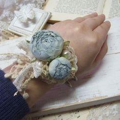 <商品説明>薔薇のバングルです。お色はブルーのグラデーション。使用している薔薇は真っ白な布から染めて、コテあてして組み立てたオリジナルのお花になります。使用し...|ハンドメイド、手作り、手仕事品の通販・販売・購入ならCreema。
