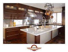Armoire de cuisine en merisier teint de couleur sequoia. Comptoir de béton blanc
