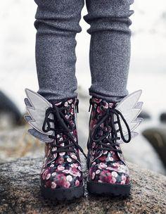 Ompele kengännauhoihin pujotettavat heijastinsiivet. Hauskat ja helpot heijastimet valmistuvat tunnissa. Kurkkaa kuvat ja ohje! Hobbies And Crafts, Crafts To Sell, Diy And Crafts, Crafts For Kids, Sewing Hacks, Sewing Crafts, Reflective Shoes, Make And Sell, Little Gifts