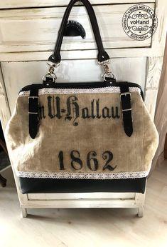 Eine Carpet Bag in Bürotaschengröße: Doris hat einen alten Leinensack aus ihrem Schweizer Wohnort verarbeitet. Carpet Bag, Dory, Burlap, Reusable Tote Bags, Chanel, Swiss Guard, Bags, Hessian Fabric, Jute