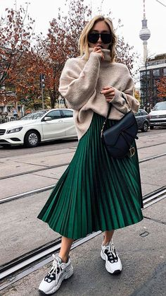 The advice to wear a pleated midi skirt and how to wear it in style! All tips and ideas for outfits can be found in this article! skirt skirt skirt skirt outfit skirt for teens midi skirt Street Style Outfits, Looks Street Style, Autumn Street Style, Mode Outfits, Trendy Outfits, Fall Outfits, Denim Outfits, Green Outfits, Sneakers Fashion Outfits