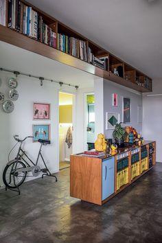 Apartamento dúplex é decorado com objetos garimpados e pensado para receber os amigos