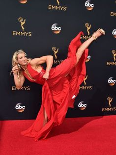 Stuntwoman Shows Us All How To Kick Ass On The Emmys Red Carpet No one had a better time out there than Jessie Graff. Jessie Graff, Muscle Girl, Actrices Sexy, Martial Arts Women, The Emmys, Dynamic Poses, Action Poses, Captain Marvel, Marvel Marvel