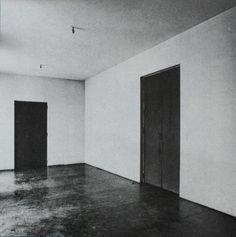 Salón. A la izquierda, la puerta a la sala de estar (falta el pomo de la puerta). A la derecha, la puerta al hall. Cortesía de Juan D. López-Arquillo. Señala encima de la imagen para verla más grande.