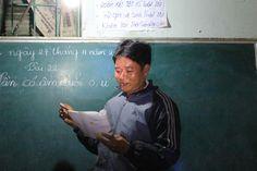 Thầy Vương Văn Hòa đang dạy tại lớp xóa mù chữ ban đêm