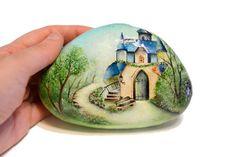 Painted stone sasso dipinto a mano. Fairy House di OceanomareArt