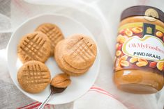 Voor iedereen die het heerlijk vindt om de pindakaaspot uit te lepelen: deze pindakaaskoekjes met maar 3 ingrediënten moet je gemaakt hebben. Zo makkelijk!
