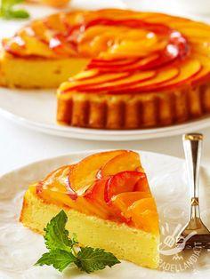 La Torta morbida di ricotta e pesche, preparata con latte, semolino e pasta frolla, è un dolce dal gusto delicato e fresco.
