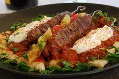 Αυθεντική συνταγή από την Πόλη Τι χρειαζόμαστε: Μισό κιλό ανάμικτο κιμά (μοσχαρίσιο και αρνίσιο) 1 κρεμμύδι τριμμένο Κύμινο, μπαχάρι, κόλιαντρο, αλάτι, κόκκινο πιπέρι Μαιντανό Λίγο σκόρδο Ξυλάκια καλαμάκια για σουβλάκια Για τη σάλτσα: 4 ντομάτες ψιλοκομμένες Λίγο κανέλα 2 κουταλιές βούτυρο 1 σκελίδα σκόρδο Αλάτι, πιπέρι Για το σερβίρισμα: Πίτες για σουβλάκι 500γρ γιαούρτι στραγγιστό … Cookbook Recipes, Meat Recipes, Cooking Recipes, Meatloaf Recipes, Recipies, Turkish Recipes, Greek Recipes, Istanbul Food, Meatloaf Burgers