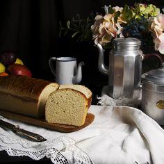"""Hace ya unos cuantos años que hago este """"Pan de molde de leche"""", es muy sencillo y si lo haces con la panificadora, con la thermomix o con la amasadora lo harás en un periquete, pero que no te desanime si no tienes robots de cocina en casa, puedes hacerlo a mano, te lo explico …"""