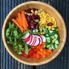 Der Sommer scheint seine schönen Seiten  noch nicht zeigen zu wollen... Um bei diesen Wetterschwankungen fit zu bleiben ist eine ausgewogene Ernährung wichtig! Also je bunter umso besser! 🌽🌶🍏🍓🍋🍑🍆🍐 ------------------------------------------ #salad #saladbowl #healthy #food #foodie #foodblogger #yummy #colorful #greens #delicious #healthyfood #healthylifestyle #foodporn